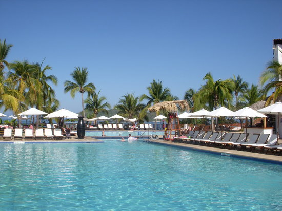 Club Med Ixtapa Pacific: Comfortable pool w/ wade pool with plenty of lounge chairs