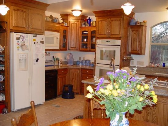 Parkview House Bed and Breakfast: homey kitchen