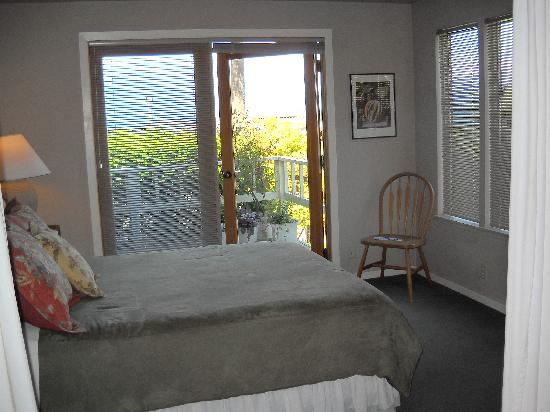 Skiff Point Guest House: Bedroom with view of Puget Sound