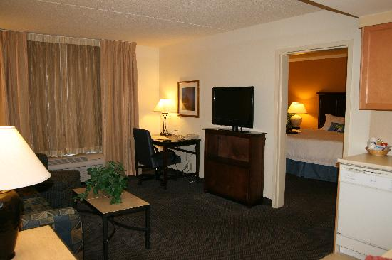 Hampton Inn and Suites Pueblo-Southgate: Suite Living Area