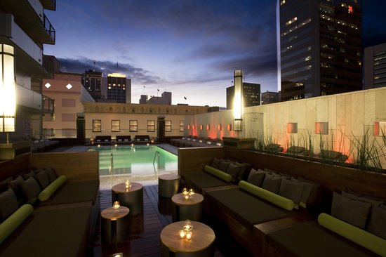 Palomar San Diego, A Kimpton Hotel: Lounge Pool Deck at Sunset