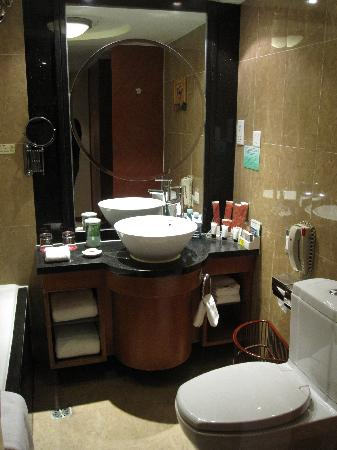 Excellent hotel elegant and tech rooms tiantan hotel for Elegant small bathrooms