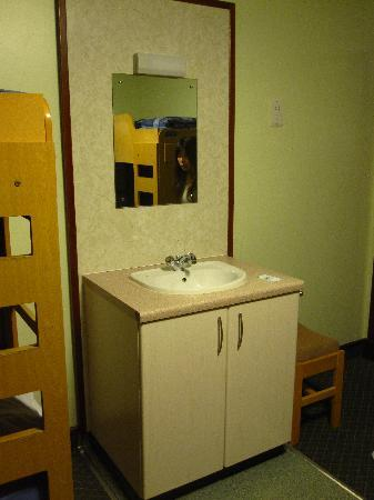 Inverness Youth Hostel: basin in dorm