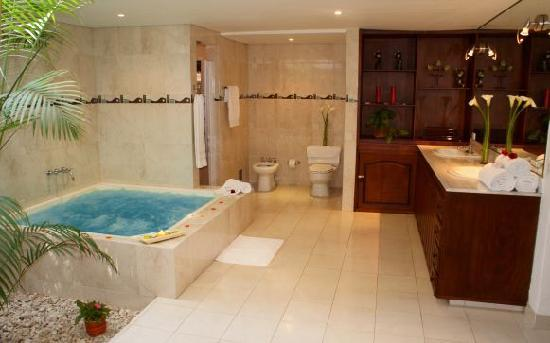 jacuzzi bathroom in hotel la casa medellin