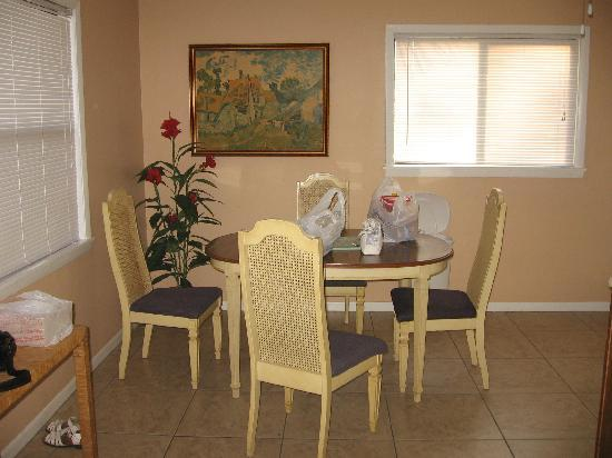 Englewood Bay Motel & Apartments : diningroom