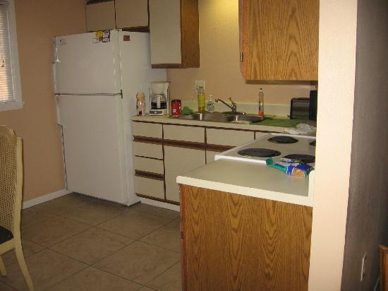 Englewood Bay Motel & Apartments : kitchen
