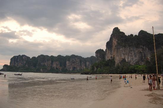 Railay Bay Resort & Spa: Hotel is facing on this beach