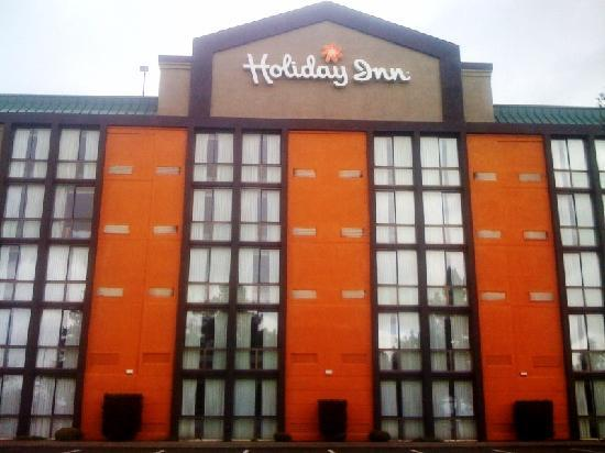 Holiday Inn Portland South: Hotel is being repainted. Outside photo.