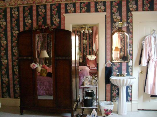 1906 Pathway Inn Americus: Closet, mirrors &amp; pedestal sink