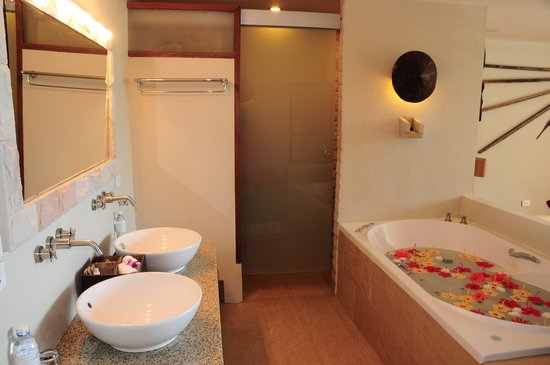 The Sunset Beach Resort & Spa, Taling Ngam: Our honeymoon room - Spa bath