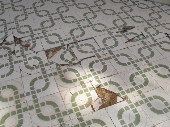 Morro del Jable, Spain: broken tiles around pool