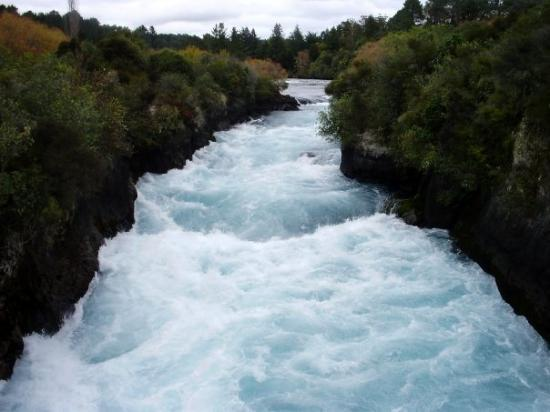Taupo, Yeni Zelanda: the huka falls.....not quite naigra but by far the best falls i have seen thus far