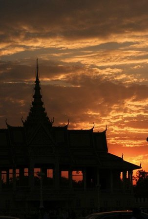 Phnom Penh, Cambodja: sunset at the royal palace