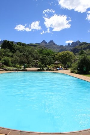 Cathedral Peak Hotel: Pool view