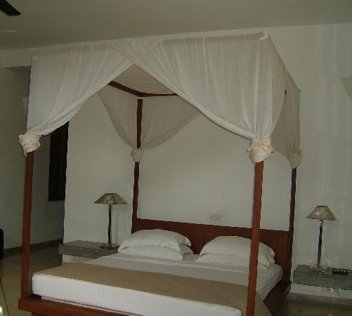 Unawatuna, Σρι Λάνκα: four poster bed (with mosquito net)
