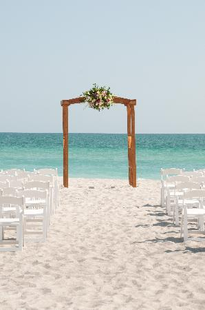 Rolling Waves Cottages: Beach Ceremony Set Up