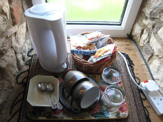 Middleyard, UK: Tea service in the room included an enormous pile of biscuits