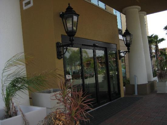 Holiday Inn Express Hotel & Suites Orlando - International Drive: Front entrance