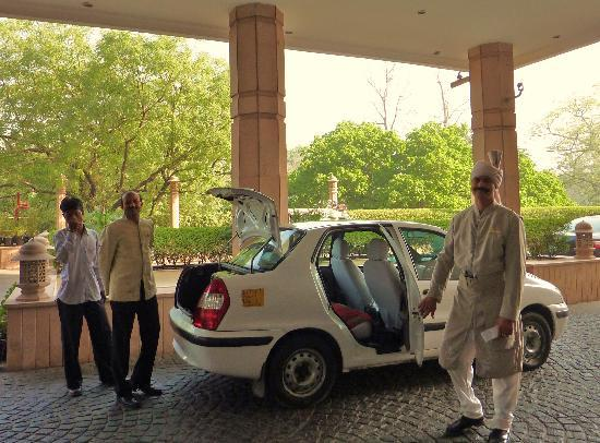 Taj Mahal Hotel: voituriers