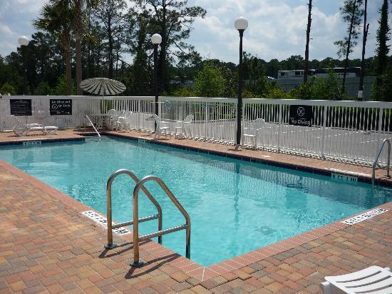 Hampton Inn & Suites Palm Coast: Swimming pool, showing I-95 on right