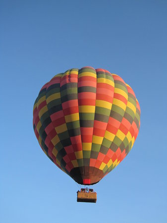 Napa, Californie : First balloon up.