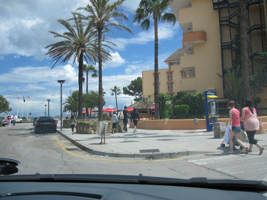 Port d'Alcudia, Spagna: Hotel street, parking area, beach entrance