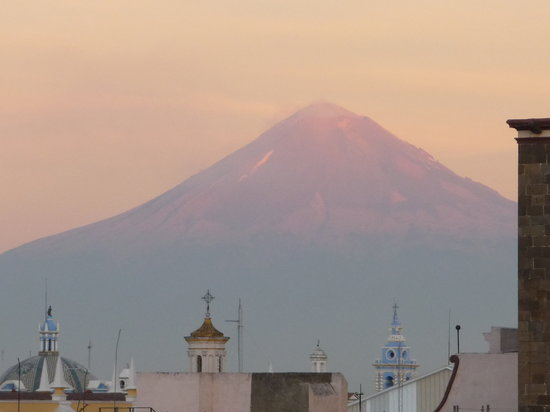 Puebla, Mexique : Sunrise over Popocatepetl from hotel roof 