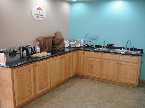Anniston Inn and Suites: Breakfast area