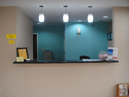 Anniston Inn and Suites: Front Desk