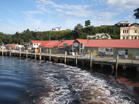 Strahan, Avustralya: Pulling away from the wharf on the cruise