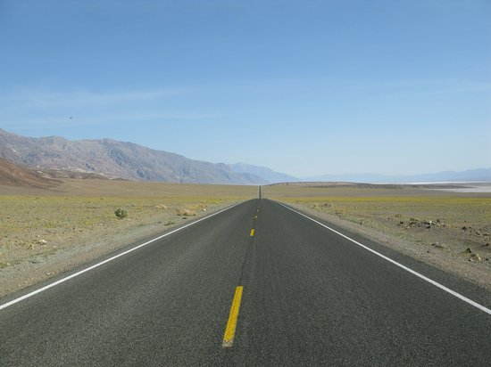 Death Valley National Park, Californië: road thru Death Valley