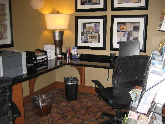 Hampton Inn Buffalo Airport: business center