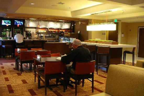 Courtyard by Marriott Portland Southeast: The Bistro at the lobby