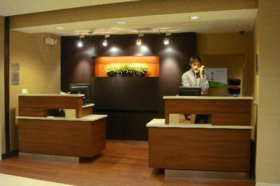 Courtyard by Marriott Portland Southeast: Reception Desk