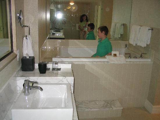 Hotel Palomar Dallas - a Kimpton Hotel: Big, deep tub... be careful!