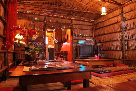 Berambih Lodge: Longhouse style living room