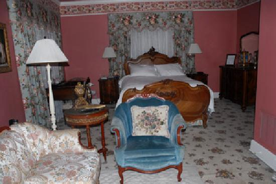 Hayes House Bed and Breakfast: the Governor's suite is big! It even has a little kitchen w/refrigerator