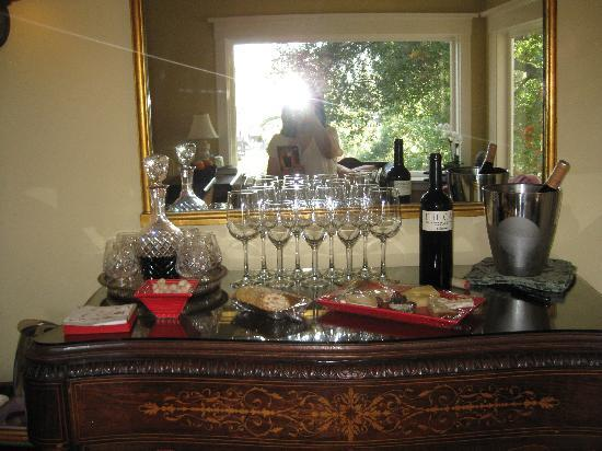 Arroyo Vista Inn: Lovely wine and cheese presentation