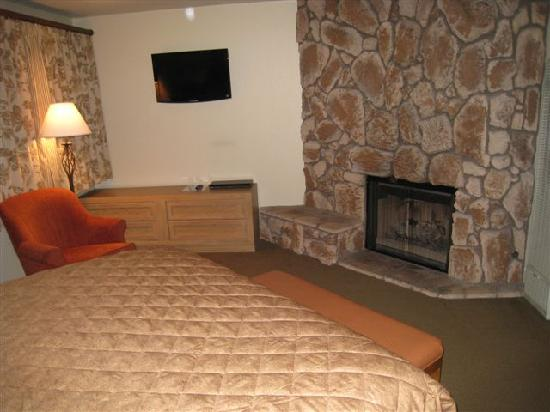 Snow Lake Lodge: Bedroom's fireplace