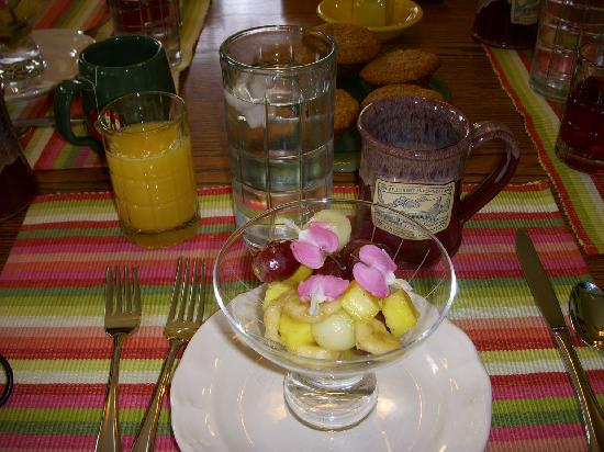 Hillcrest Hide-Away B&B: Fresh Fruit with edible Bleeding Hearts