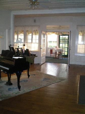 Saugatuck, MI: Looking towards the sunroom.