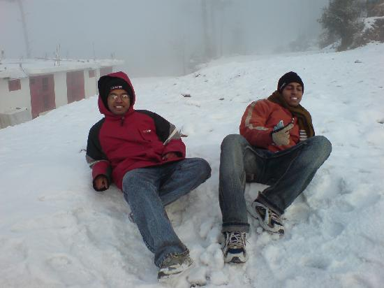 Patnitop, India: Playing with snow.