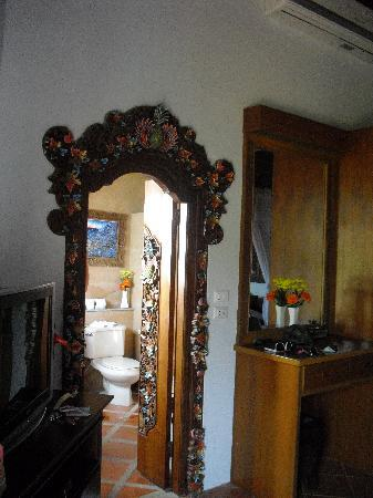 Ed Rock Villas: intricate door frame in suite