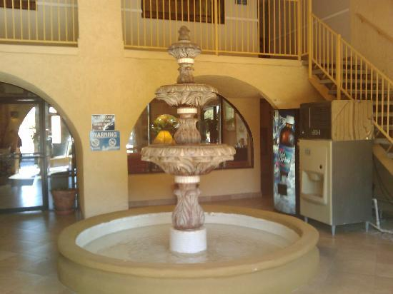La Quinta Inn Phoenix - Arcadia: Courtyard fountain