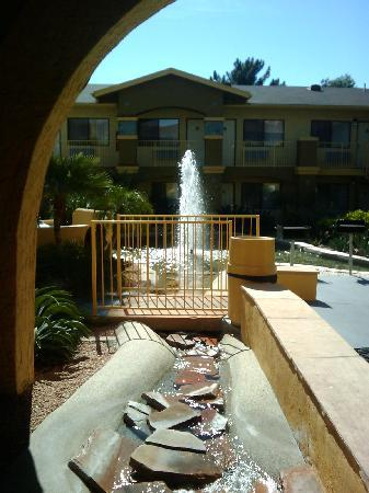 La Quinta Inn Phoenix - Arcadia: Fountains everywhere