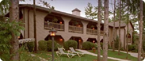 Coachlite Inn of Sister Bay: One of two hotel buildings with gardens