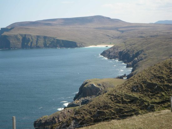Durness, UK: Kearvaig bay, Cape Wraith, looks so near
