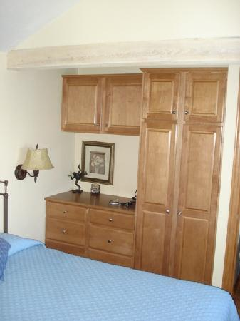 Cliff Dwellers Resort: Bedroom storage