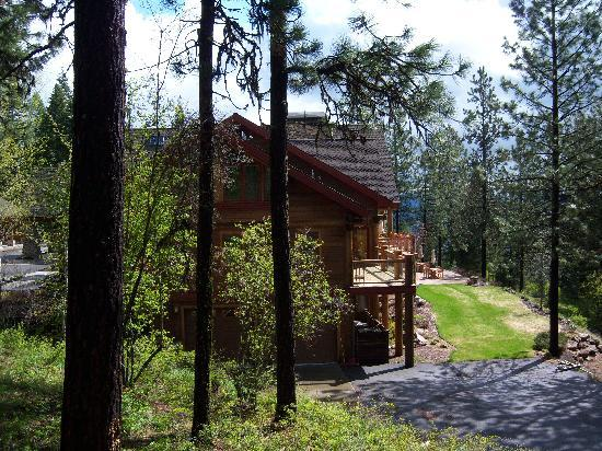 Cougar Crest Lodge: view from outside