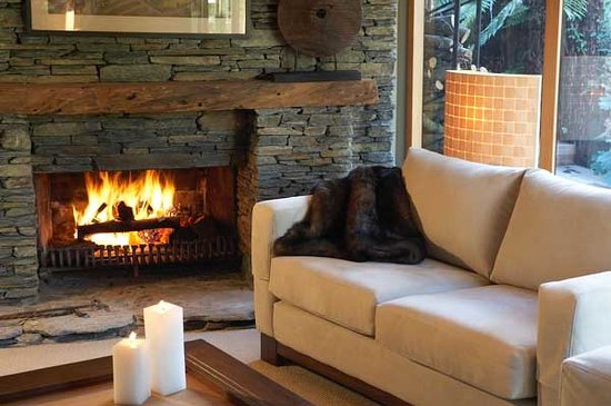 River Birches Lodge: Relax by the fire after an active day trout fishing, skiing or tramping in the nearby World Heri